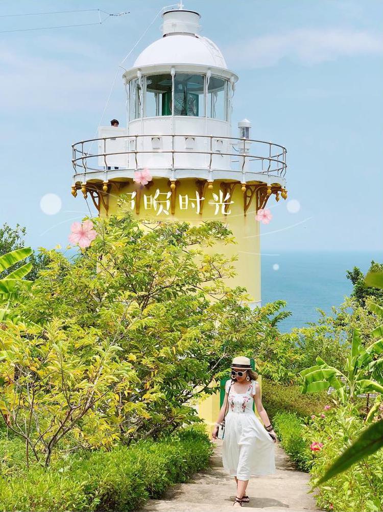 Ngọn hải đăng Tiên Sa với phông nền màu vàng và xanh nổi bật chắc chắn sẽ làm nên những bức hình mang phong cách cổ điển cực lãng mạn