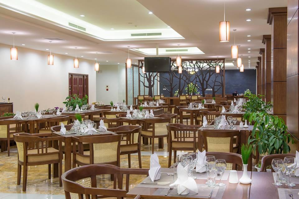 Phòng ăn của khách sạn cũng rất vừa sang trọng vừa dịu mắt