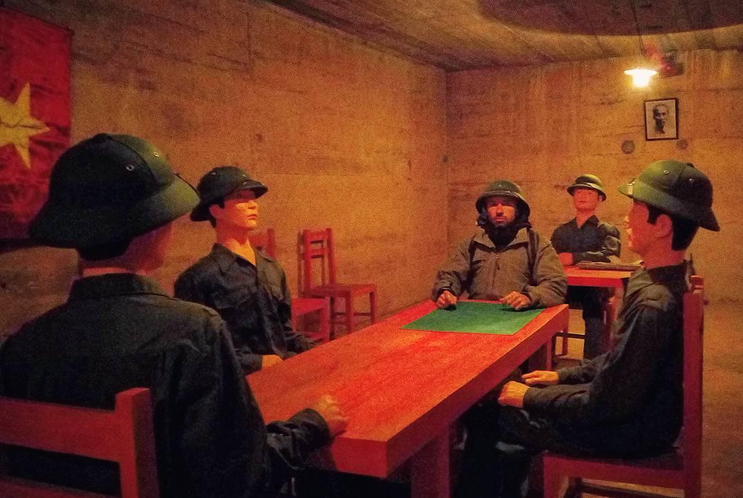 Bên trong hang quân y