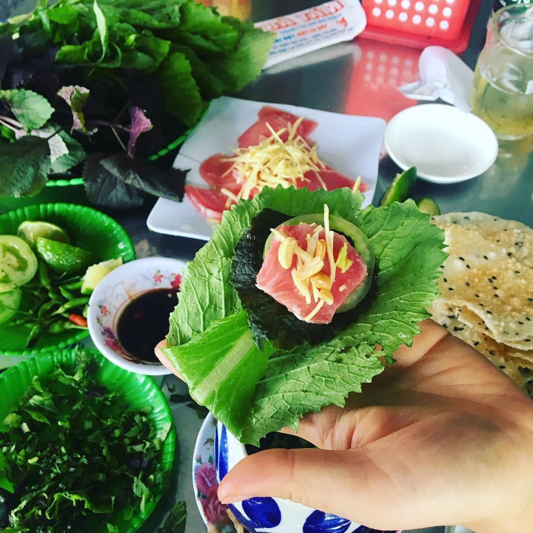 Cách ăn gỏi cá ngừ đại dương đúng điệu của người Phú Yên