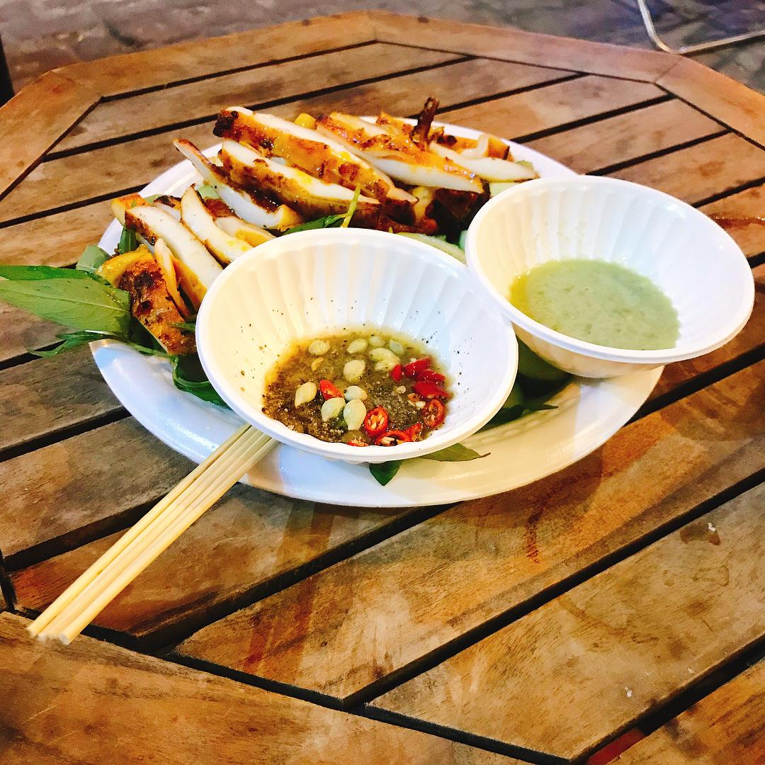 Mực 1 nắng nướng mọi chấm mắm Phan Thiết là món ăn ngon không thể chối từ