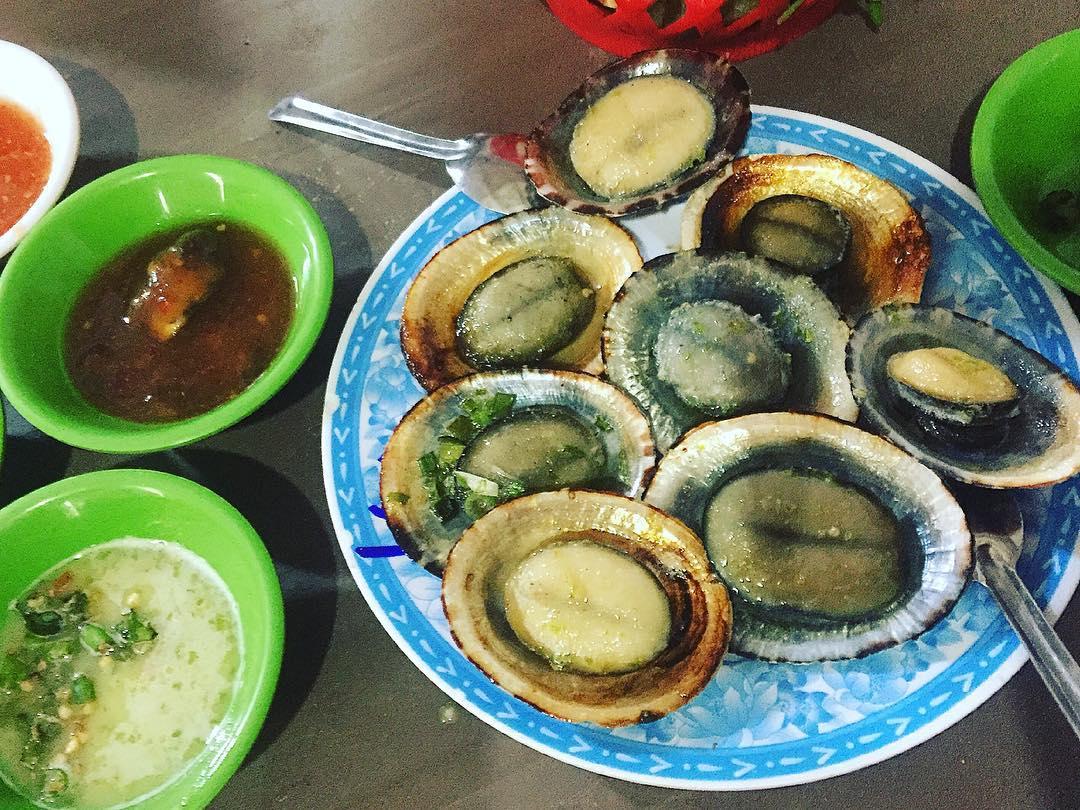 Ốc vú nàng Côn Đảo luộc hoặc nướng mỡ hành là hai món ăn ngon bậc nhất