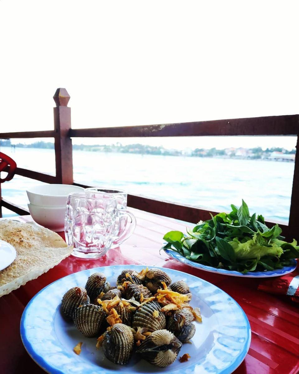 Có nhiều cách để thưởng thức món sò huyết ở đầm Ô Loan, trong đó nướng mọi và hấp là hai cách đơn giản và giữ nguyên hương vị nhất