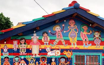 Vui chơi và chụp ảnh tại làng Cầu Vồng rực rỡ