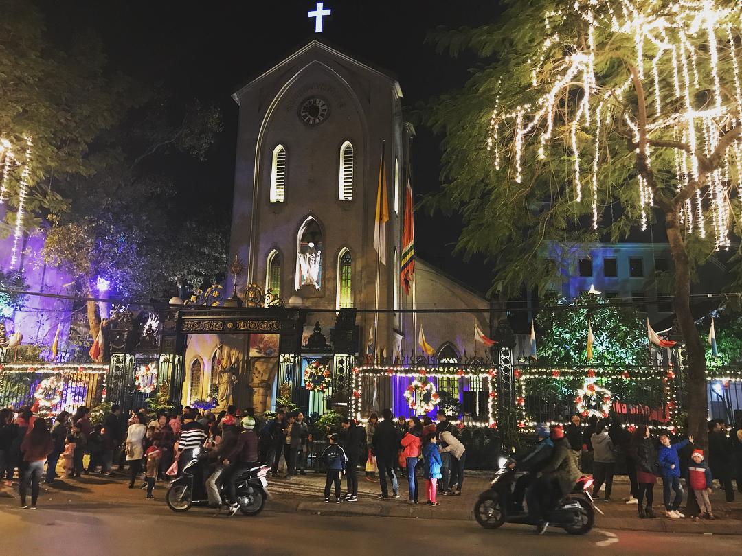 Nhà thờ Hàm Long làm nổi bật một góc phố mỗi khi dịp Giáng Sinh đến
