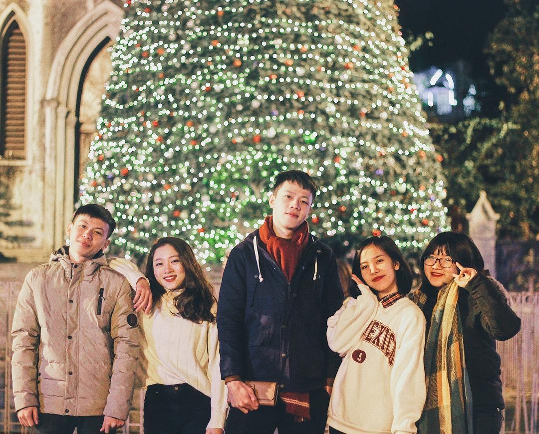Trước cổng nhà thờ Lớn Hà Nội đã trang hoàng rực rỡ với cây thông Noel khổng lồ để đón khách rồi đấy các bạn ạ