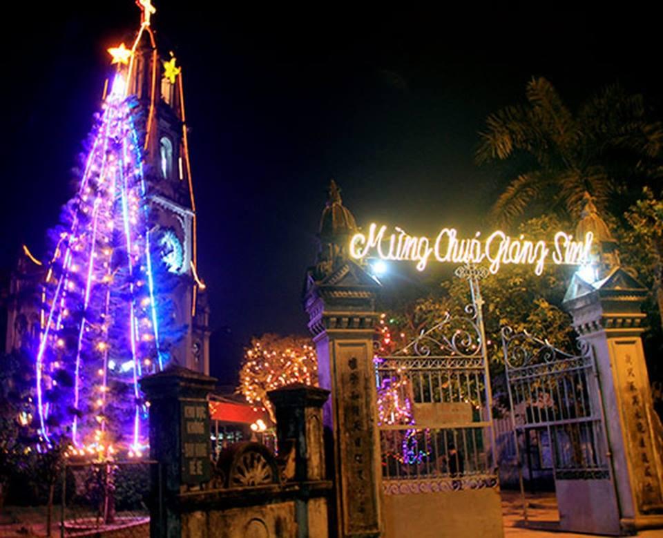 Nhà thờ Phùng Khoang là điểm đến không thể bỏ qua vào đêm Giáng Sinh của các bạn trẻ ở huyện Từ Liêm