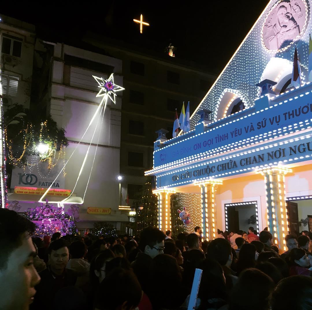 Nhà thờ Thái Hà cũng được trang hoàng long lanh dịp Giáng Sinh