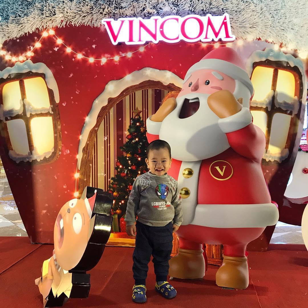 Vào dịp Noel, siêu thị Vincom nào cũng được trang trí rất bắt mắt để đón du khách