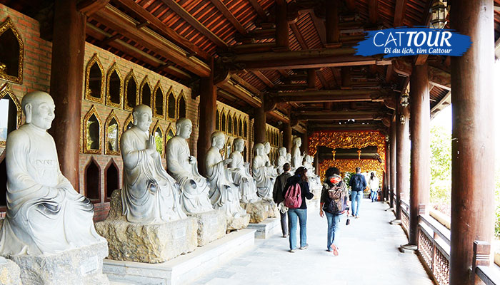 Tượng các vị La Hán trong chùa